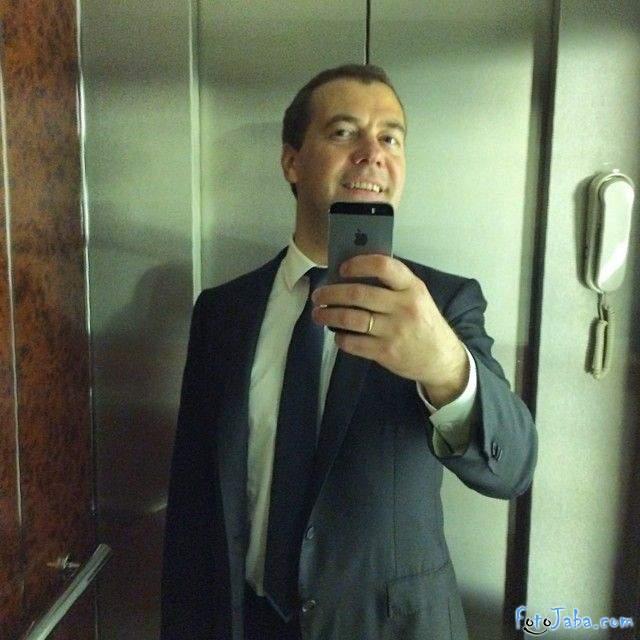 Фотожаба на селфи Медведеве на iPhone в лифте