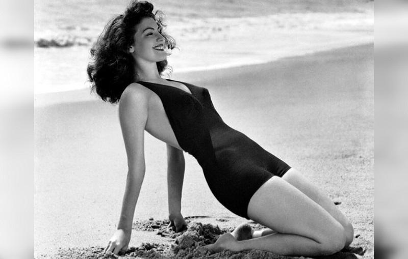 актрисы на пляже